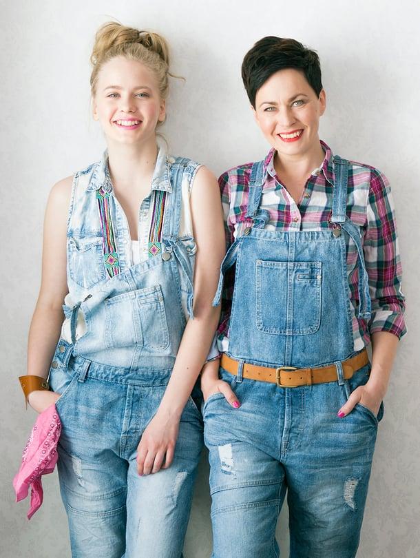 Lukijamallit, äiti Outi Gröhn ja tytär Enni Gröhn viihtyvät samoissa vaatteissa.