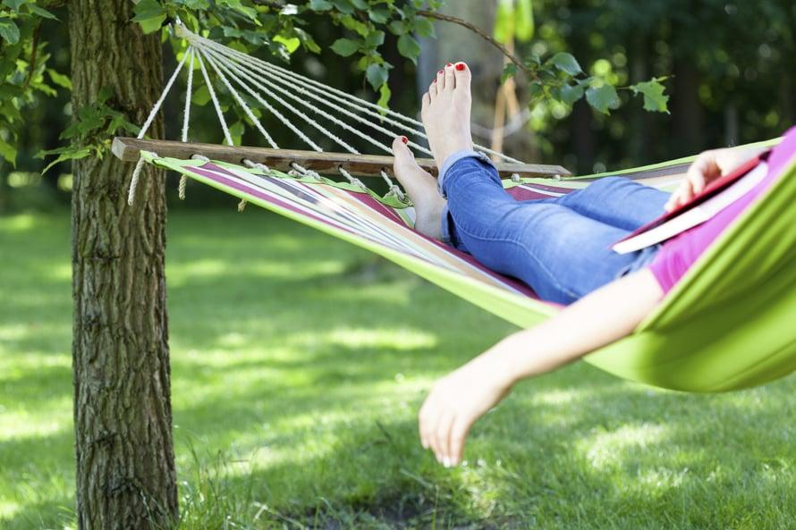 Kesällä saa ottaa päiväunet riippumatossa.