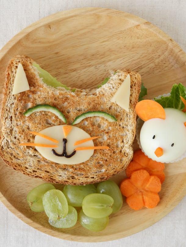 Ronkeli lapsi voi innostua syömään, jos ruualla antaa vähän leikkiä.