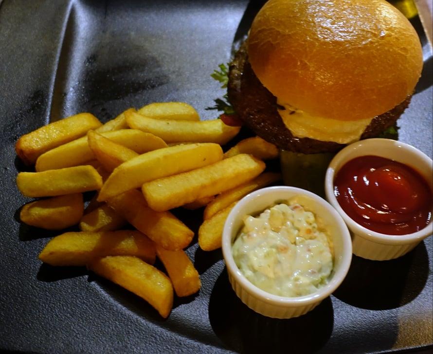 Puolison pääruoka oli muhkea Rantapuiston burgeri