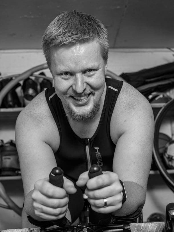 """""""Rakkaus urheiluun on yhdistänyt meitä isäni kanssa eniten. Isä sai härnättyä minut mukaan Tukholman maratonillekin"""", kertoo Jari Lottonen."""