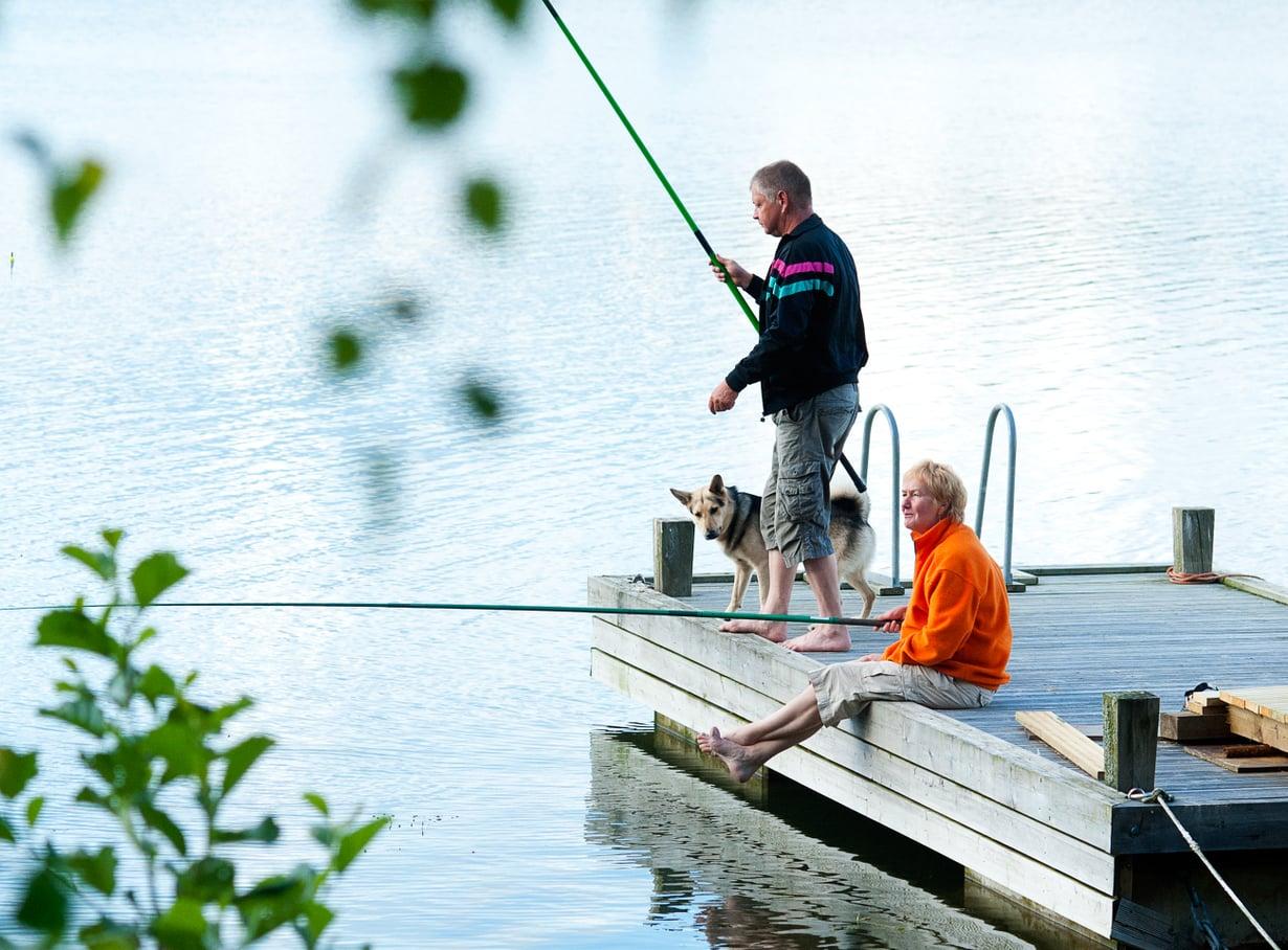 Erkki ja Pirjo Reimanin mielestä mökillä on oltava aikaa narrata kalaa ja nauttia rauhallisesta elämänmenosta.