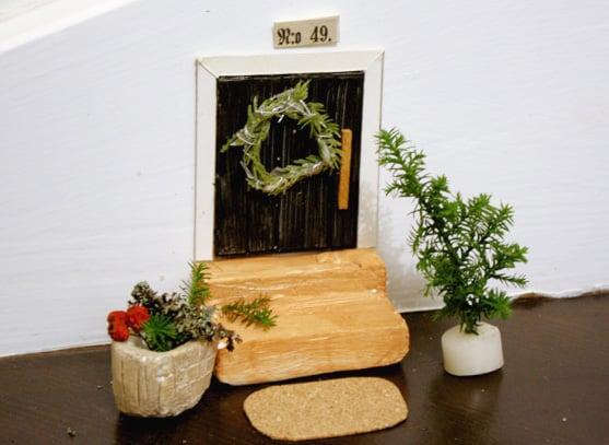 """""""Ovi on työläin vaihe, sillä siinä on mittaamista eniten. Ovi karmeineen on noin 10 senttiä korkea ja kuutisen senttiä leveä."""""""