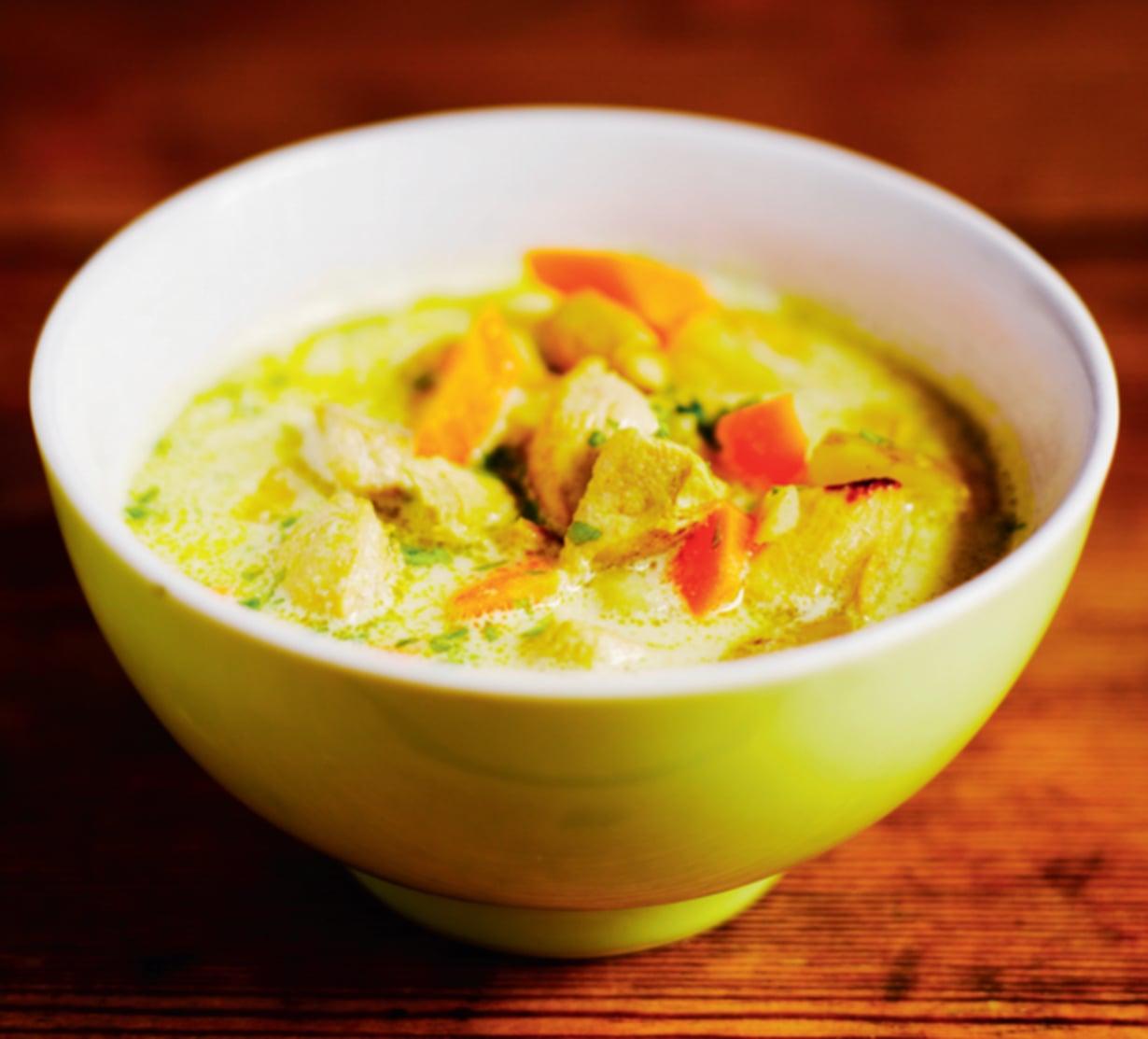 Mehevän kanakeiton mausteena on curry, jota voi lisätä ruokaan oman makunsa mukaan.
