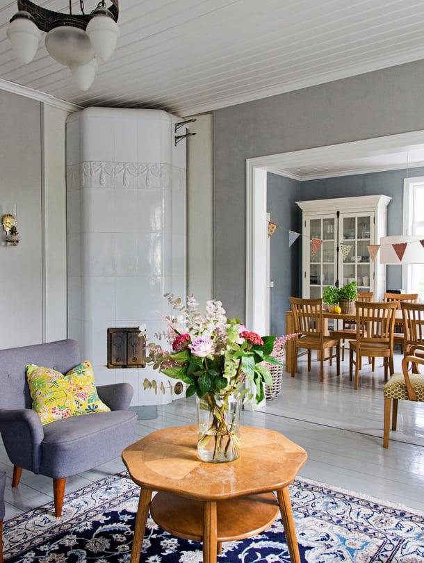 Ruokasali, Heidin lempihuone, aukeaa olohuoneen takana. Talo rakennettiin aikoinaan kolmen perheen kodiksi Amerikassa siirtolaisena tienatuilla rahoilla.