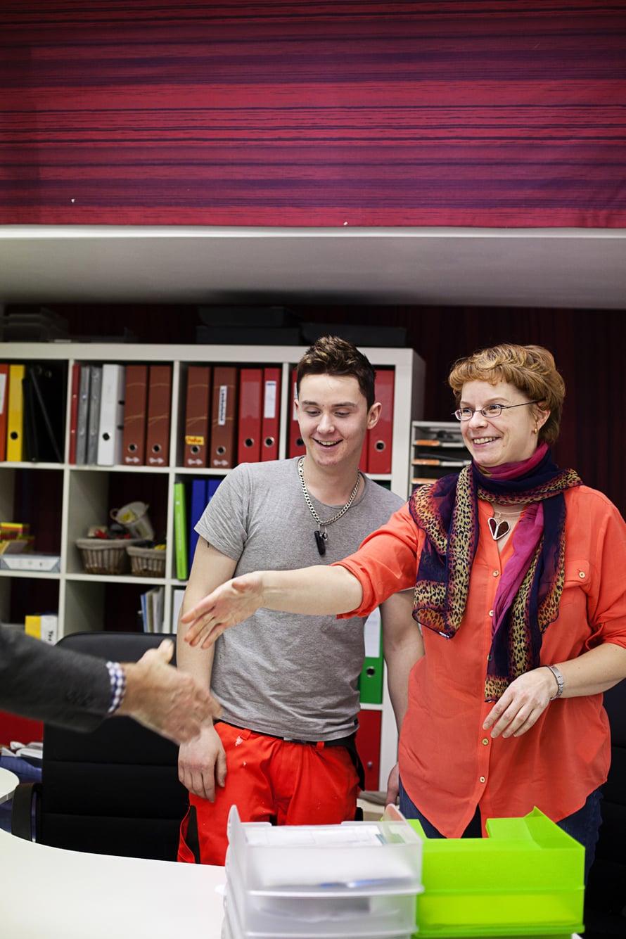 Myymälän takahuoneessa Teemu ja Arja tapaavat vakuutusyhtiön virkailijan.