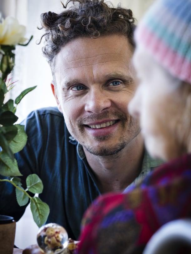 Kansallisteatterin näyttelijä ja Kiertuenäyttämön taiteellinen suunnittelija Jussi Lehtonen, 42, asuu Helsingissä. Kiertuenäyttämö vie esityksiä hoitolaitoksiin ja vankiloihin sekä valmistaa niissä elävien ihmisten kanssa dokumenttiteatteriesityksiä. Jussi harrastaa hiihtämistä ja joogaamista.