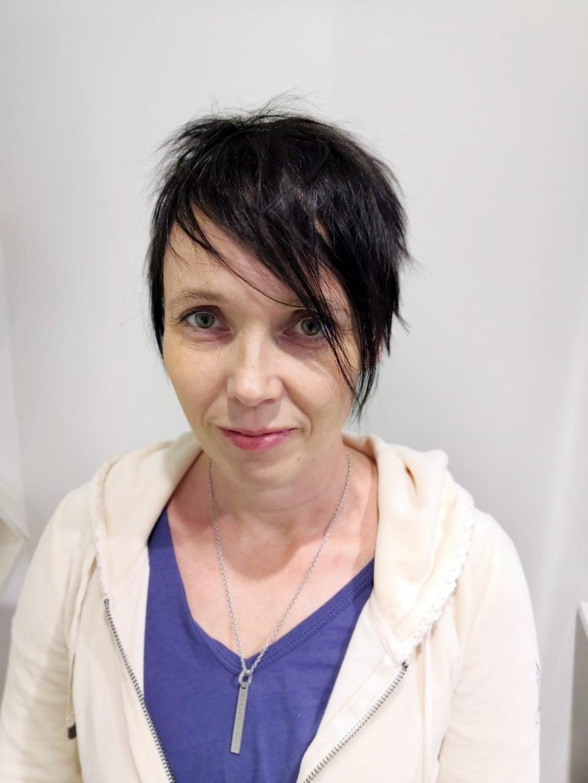 Milla Karppinen, 47, on kuvataiteilija ja taideopettaja, joka asuu vanhassa omakotitalossa Turussa 18- ja 19-vuotiaiden lastensa kanssa. Maalaaminen, lukeminen ja koirien kanssa lenkkeily ovat Millalle mieluisia puuhia.