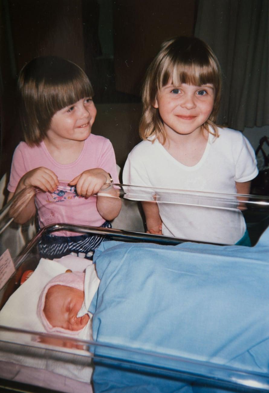 Suvi-vauva ja ylpeät isosiskot Satu ja Taru.
