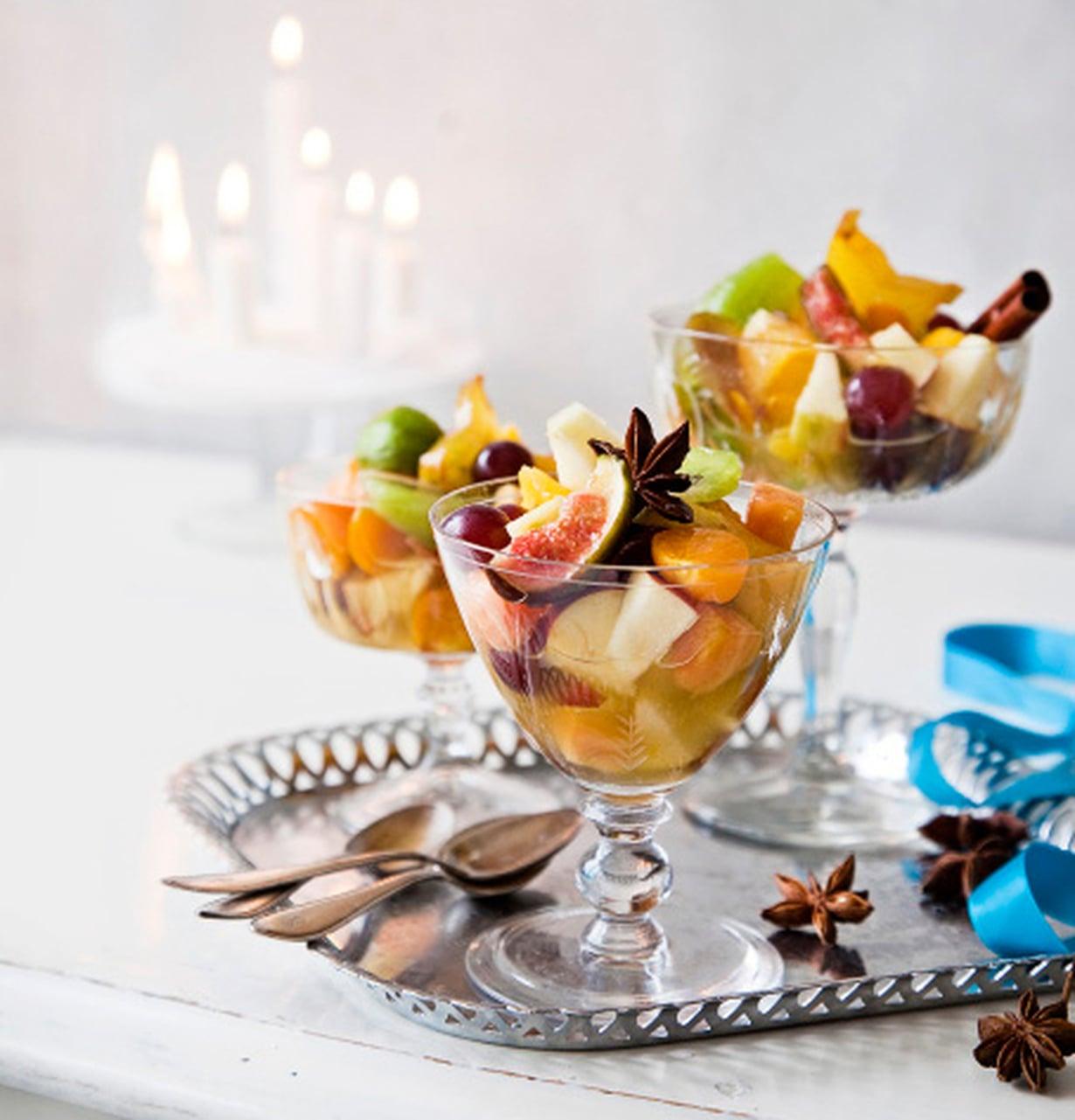 Raikkaassa hedelmäsalaatissa on talvisia mausteita.