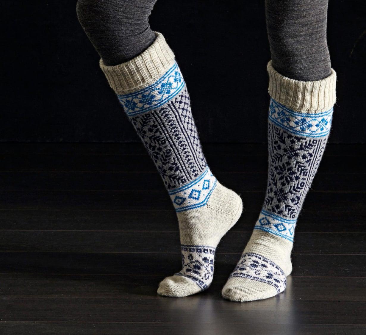 """Ohuet villasukat ovat ihanat viileällä ilmalla: villa lämmittää, mutta ei hiosta. """"Parhaiten lämmittävät napakat sukat, joissa on varpaissa vähän tilaa"""", Päivi Hoisko neuvoo."""