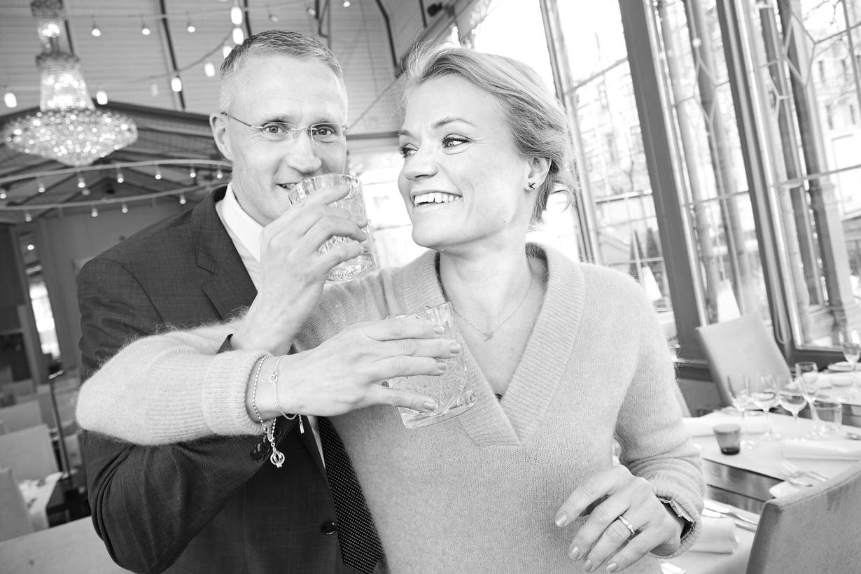"""Psykoterapeutti Maaret Kallio, 40, asuu puolisonsa ja kahden lapsensa kanssa Espoossa, jossa myös hänen veljensä, kyberturvallisuuden professori Jarno Limnéll, 44, perheineen asuu. """"Jarnoa tapaan lähinnä perhejuhlissa. Suvun kesken hän ei luennoi töistään vaan ryönää lasten ja koirien kanssa lattialla."""""""