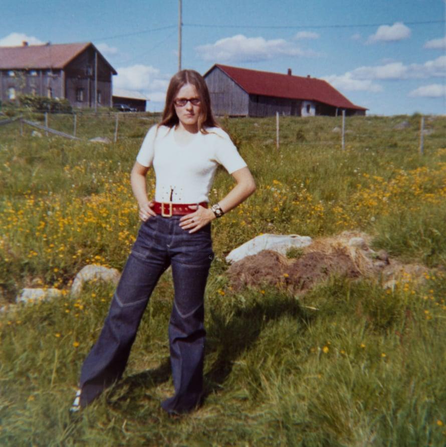 """""""Tässä olen enoni huvilalla Alavudella. Vuosi on 1971 ja lahkeet leveät."""""""