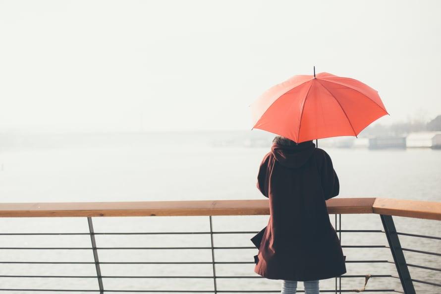 """Joskus eron jälkeinen yksinolo tuntuu niin ihanalta, ettei uutta suhdetta edes kaipaa. """"Ei kenenkään ole pakko aloittaa uutta ihmissuhdetta. On paljon yksineläjiä, joille elämäntilanne on itse valittu ja toivottu"""", Väestöliiton psykoterapeutti Lotta Heiskanen sanoo."""