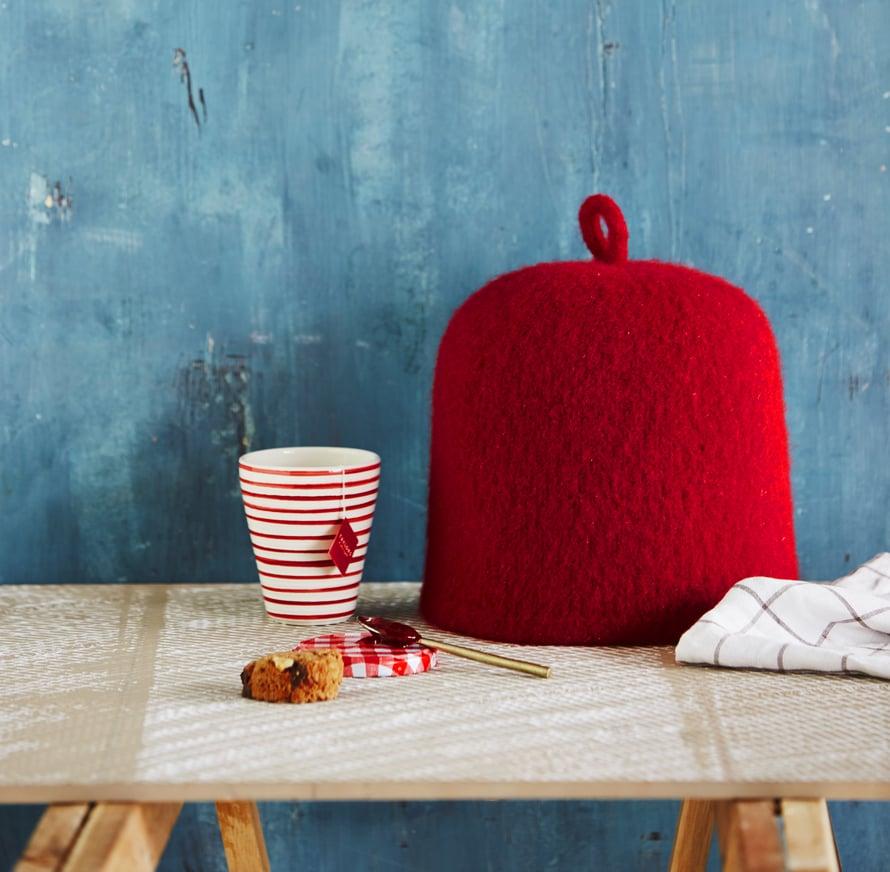 Pannumyssyneulotaan paksusta, huopuvasta villalangasta ja kutistetaan pesukoneessa. Saat myssystä oman näköisen väriä vaihtamalla tai tekemällä vaikkapa raitaneuletta. Voit koristellapannumyssynneulahuovuttamalla tai villalangoilla kirjoen.