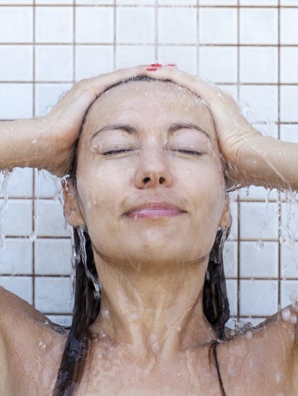 Arhg, ensin se kirpaisee, mutta vähitellen kylmästä suihkusta voi oppia jopa pitämään. Avantouimarit tietävät, että kylmäsokin jälkeen hyvänolontunne valtaa kehon ja mielen.