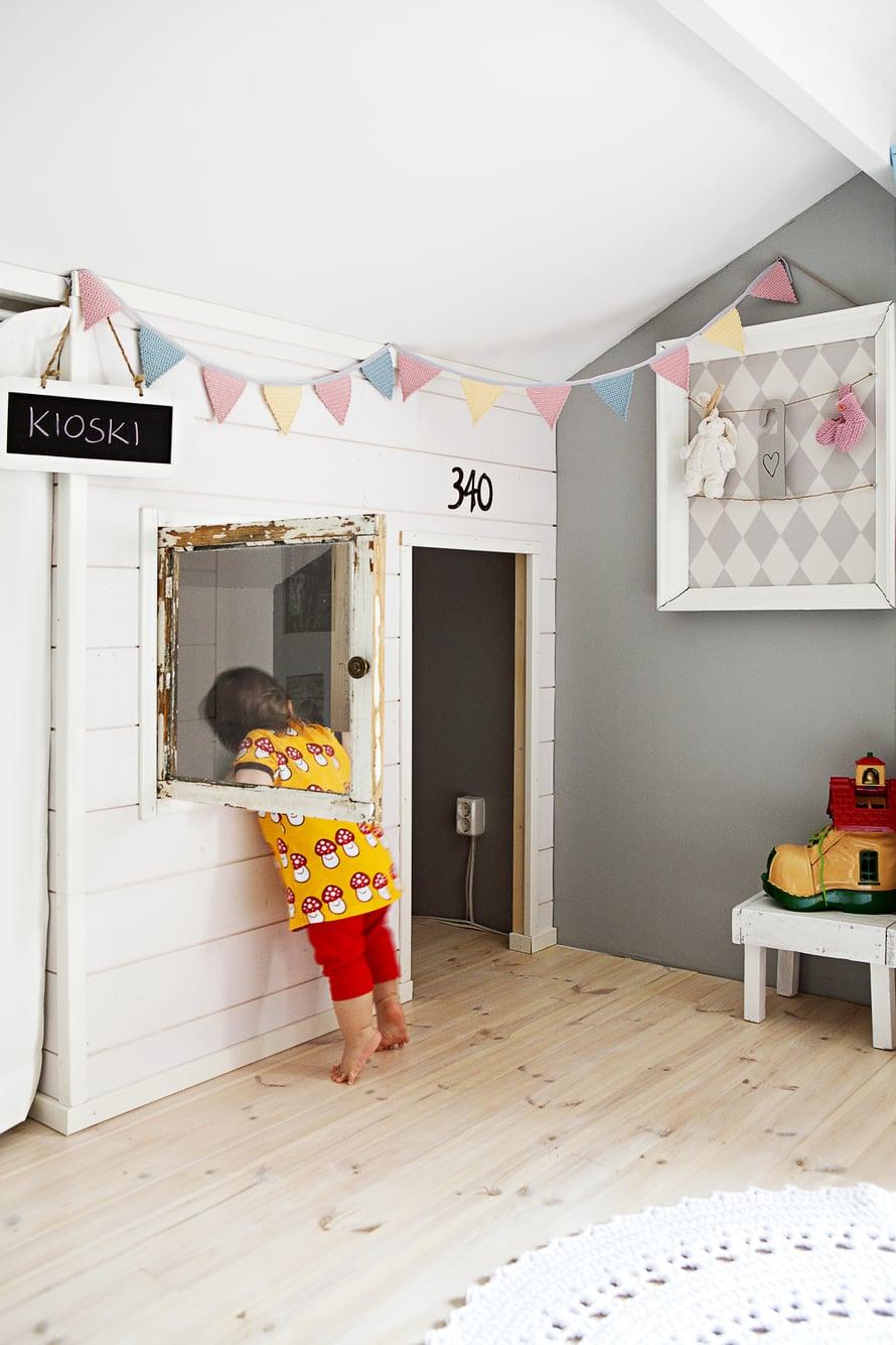 Katonlappeen alle jäävä vinokattoinen tila on hyödynnetty hauskasti: Toni teki Joseliinalle leikkimökin vanhan ikkunan ympärille. Suvi askarteli taulun vanhoista kehyksistä, tapetista ja Joseliinan vauva-ajan muistoista.