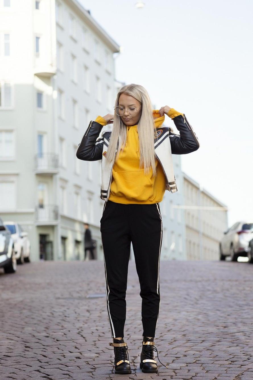 """""""En pidä ylimääräisestä huomiosta. Nämä vaatteet ovat kuin suoja-asu. Näin pukeutuneena en käännä kenenkään päitä. Kävelenkin asussa eri tavalla: hiukan miehekkäästi kädet taskussa. Takki ja bootsit ovat kirpputorilta ja housut Madlady-verkkokaupasta."""""""
