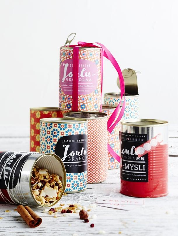 Itse koristelluissa purkeissa itse tehtyä herkkua! Tämä lahja saa aikaan ihastuneita huokauksia.
