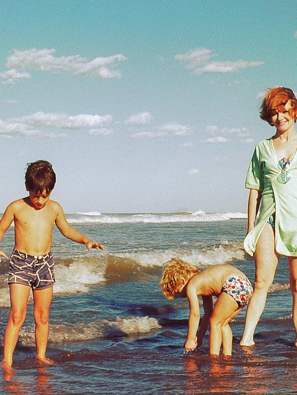 Voi niitä lapsuuden kesiä, kun lomalle lentäminen oli eleganttia ja aurinkorasvoista ei tarvinut huolehtia. Vaan ei enää!