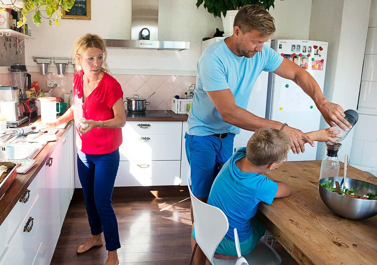 """Susanne Peltola ja Jani Mäkinen keittiöhommissa. """"Meidän pojat eivät ole normiveikkoja. Mutta ihmistä, joka on täysin terve, ei vain ole tutkittu tarpeeksi!"""""""