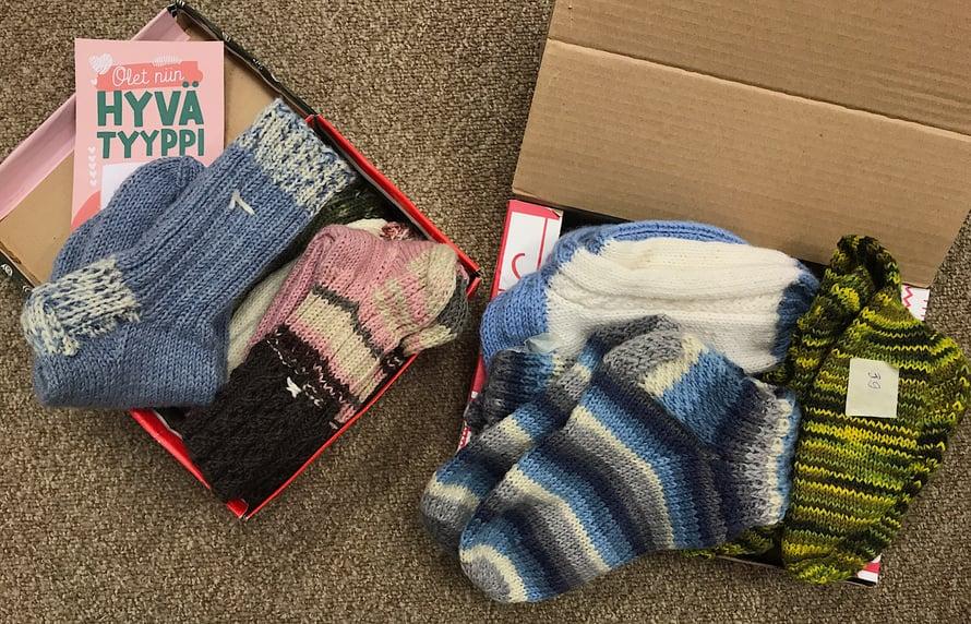 Myös Marja-Leena ja Pirjo lähettivät useita kauniita sukkia lahjoitettaviksi erikokoisiin jalkoihin.