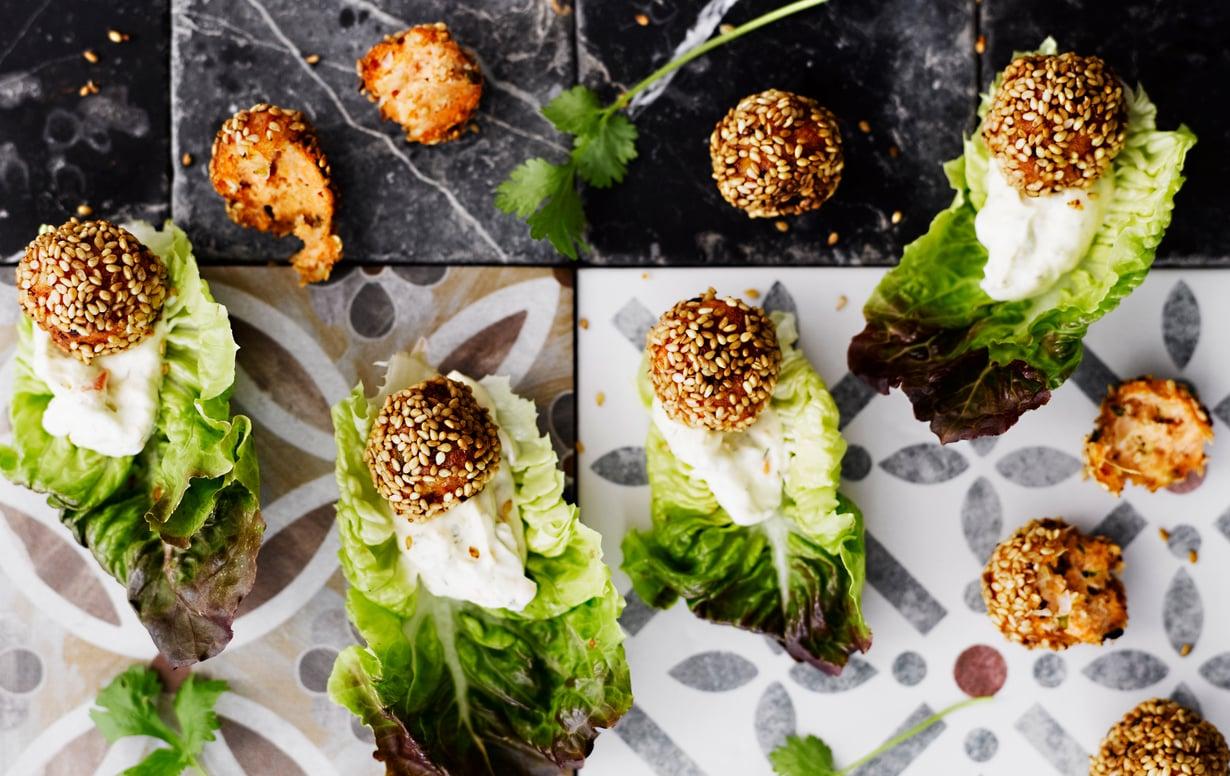 Aasialaisittain maustetut lohipullat ovat herkullista sormiruokaa, kun ne tarjoilee sydänsalaatinlehden päällä.