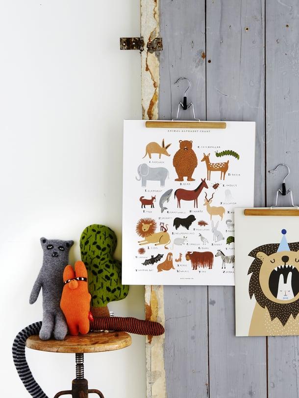 Pehmolelut huomio, riviin järjesty! Lastenhuoneen sisustukselle kannattaa sopia teema. Silloin hyvinkin erityyliset piirustukset, askartelut ja pehmolelut sopivat yhteen. Samalla tulee siivottua piiloon osa leluista.