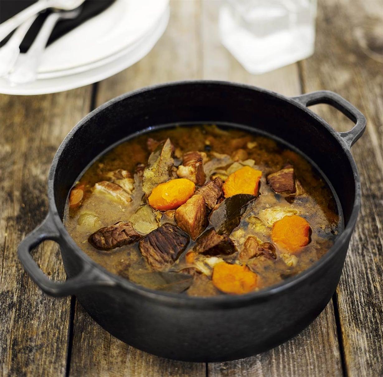 Paketista karjalanpaistia saa edullista ruokaa. Kypsyminen vie aikaa, mutta ateria syntyy melkein itsestään. Lihasta tulee mureaa, kun sen antaa lämmetä huoneenlämpöiseksi ennen ruskistusta.