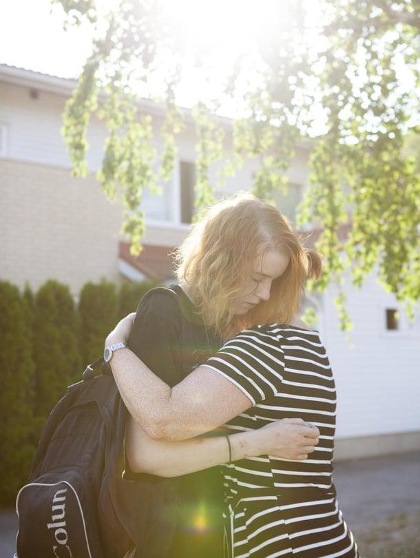 """""""Mietin usein, mitä tein väärin tai jätin tekemättä. Olen yrittänyt auttaa, mutten ole tiennyt, miten"""", Demin äiti Katja sanoo. Hän tulee onnelliseksi, kun saa halata tytärtään."""