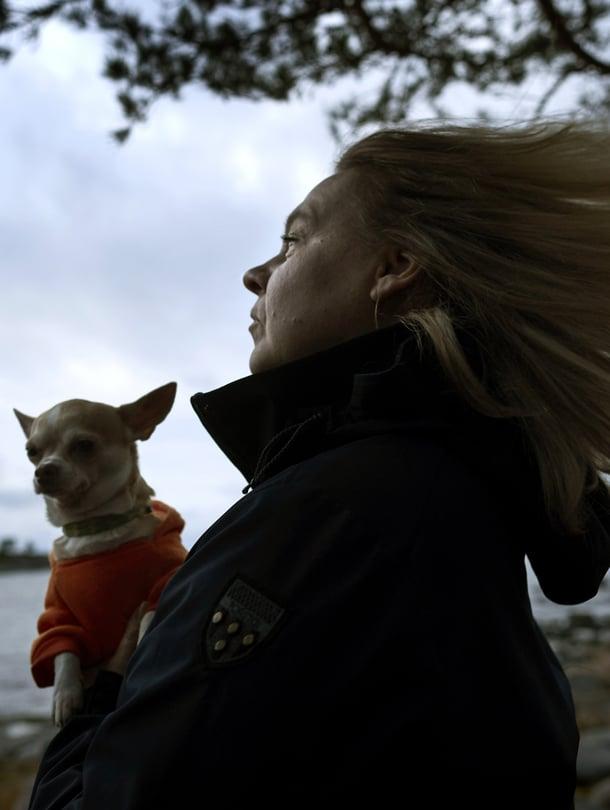Mikaelan pieni Martha-chihuahua tykkää myös tuuliretkistä, mutta sadetta se inhoaa ja jää koiranilmalla kotiin.