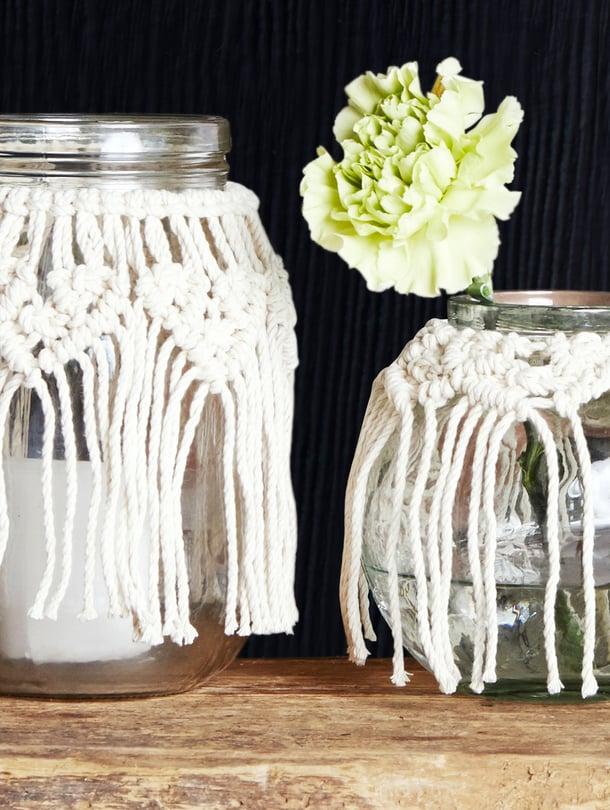 Lasipurkista saa kauniin maljakon tai kynttilälyhdyn makramee-koristelulla. Ohjeen löydät Kodin Kuvalehdestä 22/2020.