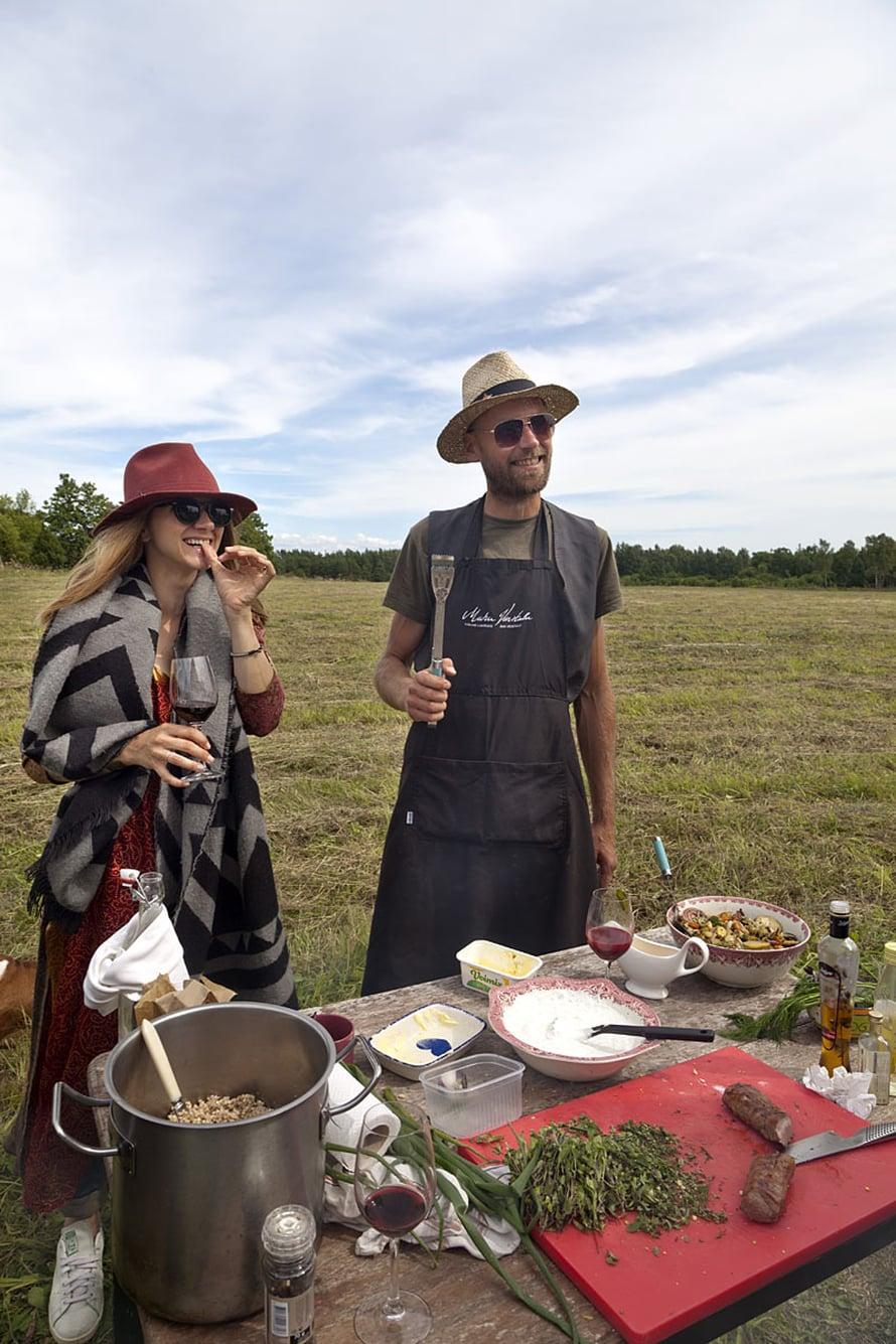 Ingridin, 32,  ja Peken, 44, mielestä kesäisin hauskinta on kokata ulkona.