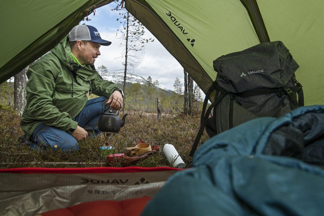 Mikäpä sen parempaa, kuin keitellä nokipannukahvit, ihailla maisemia ja köllähtää telttaan päiväunille. Kuvassa näkyy Kesänkitunturi.