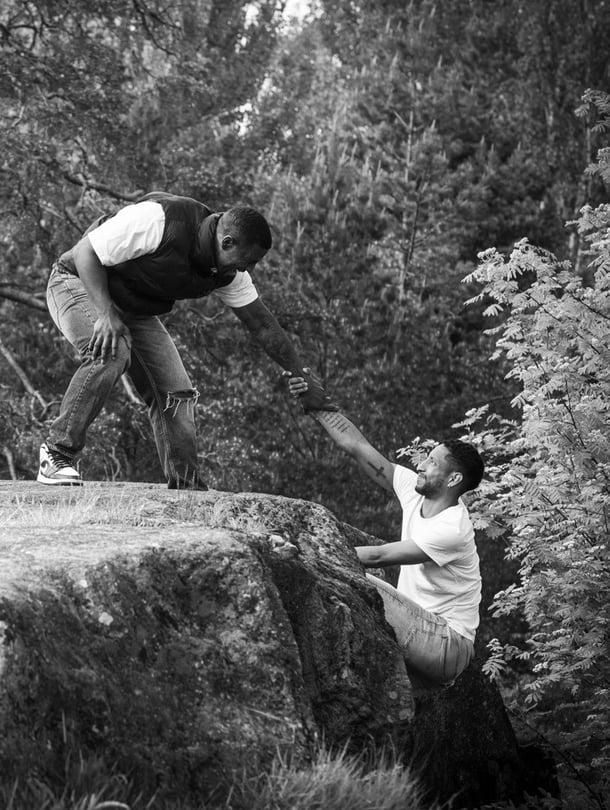 """Brayan (vas.) ja Felipe kiipeilivät samalla kalliolla jo lapsena. """"Yksi kummankin isoimmista unelmista on löytää joskus biologinen äitimme. Hän katsoisi ehkä ihmeissään, että kaksi pientä poikaa jätin ja tuossa ne nyt ovat."""""""