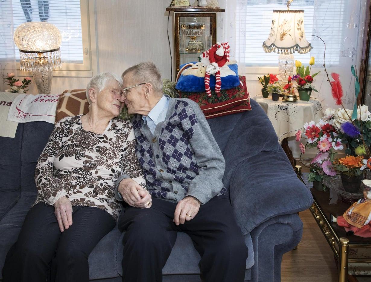 Yli-iiläiset 93-vuotiaat Eila ja Hemmi Jaara ovat molemmat syntyneet 7. marraskuuta 1924. Hemmi oli aikoinaan maatalousyrittäjä ja Eila keittäjä. Hemmillä on edellisestä liitosta 12 lasta ja lapsenlapsia. Naimisissa pariskunta on ollut reilun vuoden. He tekevät kaiken yhdessä.