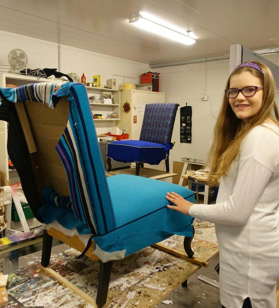 Kierrätyskeskuksen verstaalla huonekalut ja jopa polkupyörät saavat uuden värin pintaansa.
