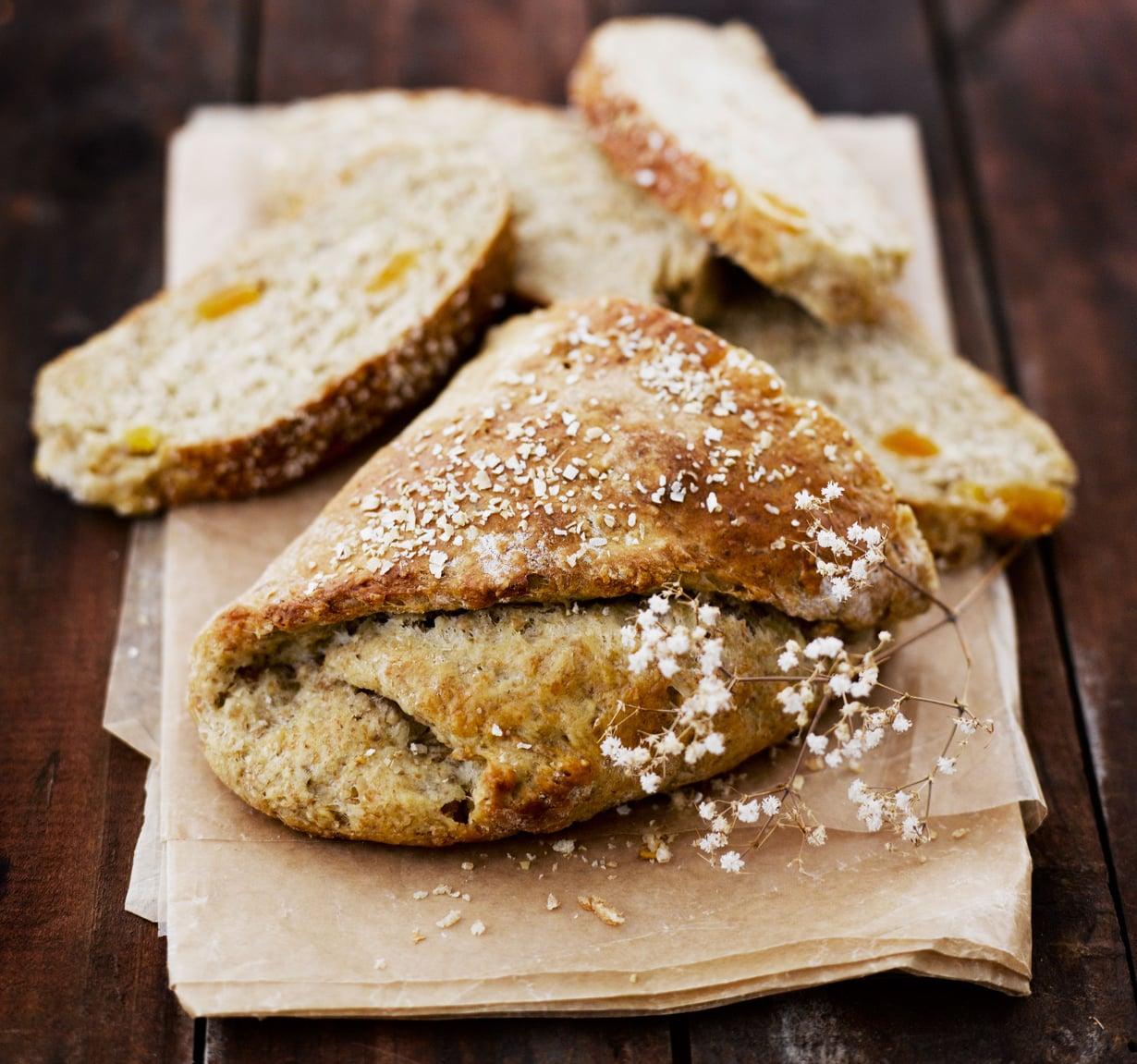 Aprikoosisattumat tekevät tästä leivästä mehevän.