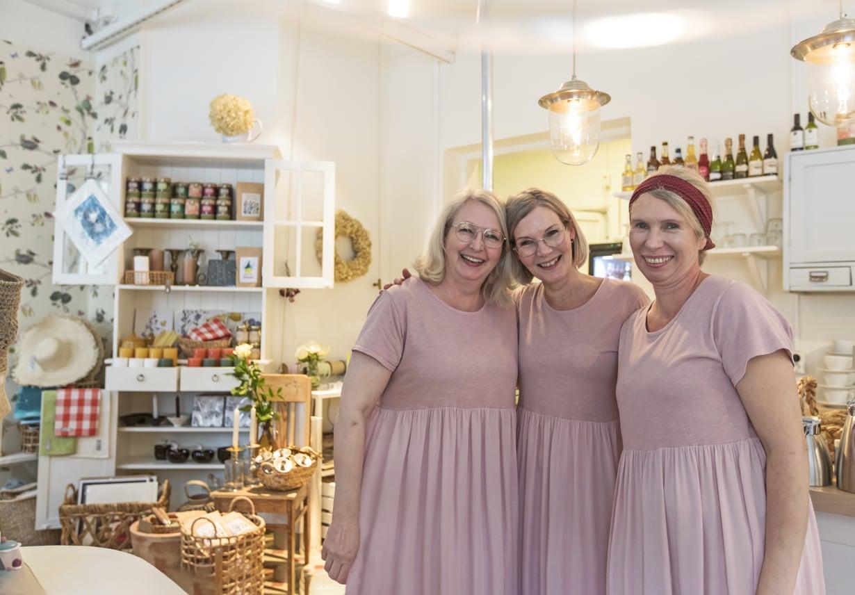Kaikki siskokset tekevät kahvilassa kaikkea, mutta jokaisella on myös oma vahva alansa. Maija on taitava käsitöissä ja somistamisessa, Paula on myynnin ammattilainen ja Ulla leipoo.
