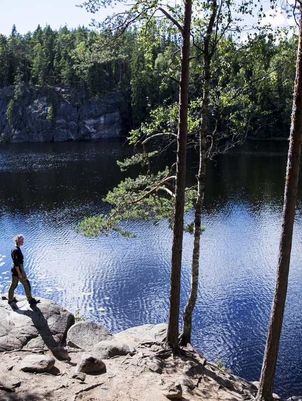 Valokuvaaja Tea Karvinen retkellä Nuuksion kansallispuistossa Espoossa.