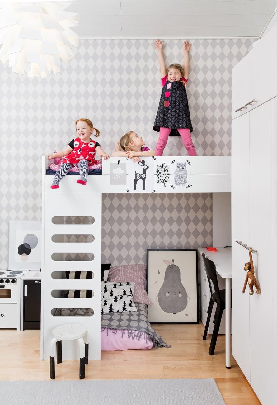 Leia, Tilda ja Laura ovat todenneet, että nyt on jopa kivempaa leikkiä, kun tietää, mistä lelut löytyvät.