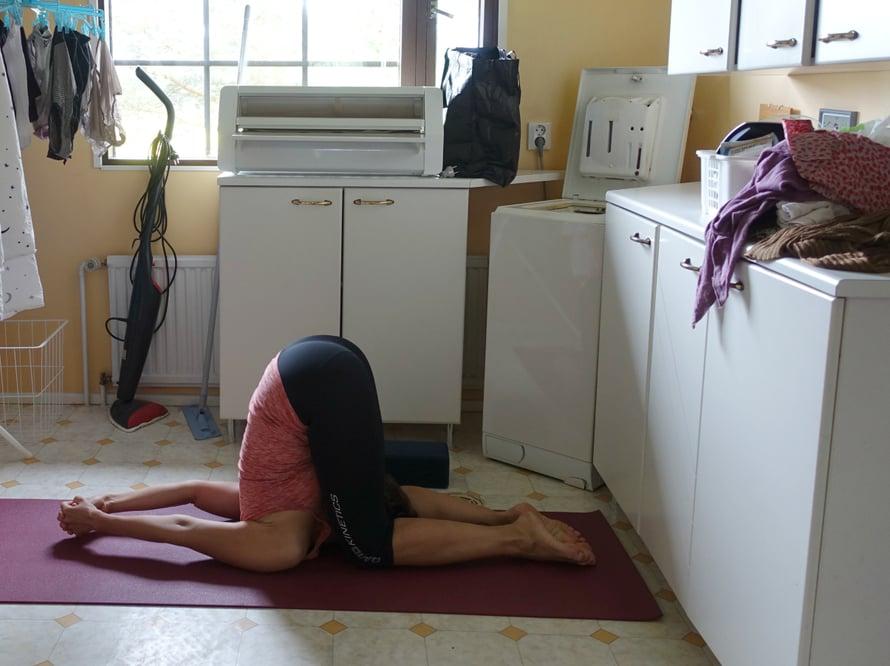 Minun harjoituspaikkani ei ole kynttilän valaisema tunnelmallinen studio vaan joogailen kodinhoitohuoneessa pyykkien ja siivousvälineiden keskellä. Hyvä niin :)