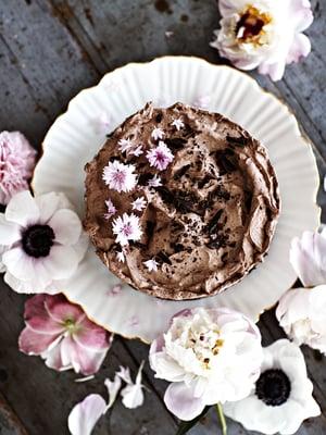 Vegaaninen suklaamoussekakku on niin herkullista, että sitä kannattaa tehdä koko porukalle.