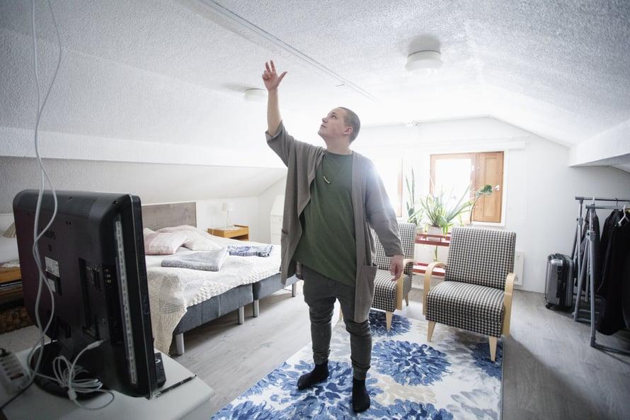 """""""Kas, meikäkin näköjään kasvaa. Lapsena oman huoneen katto tuntui olevan älyttömän korkealla"""", Nikke sanoo lapsuuskodissaan."""