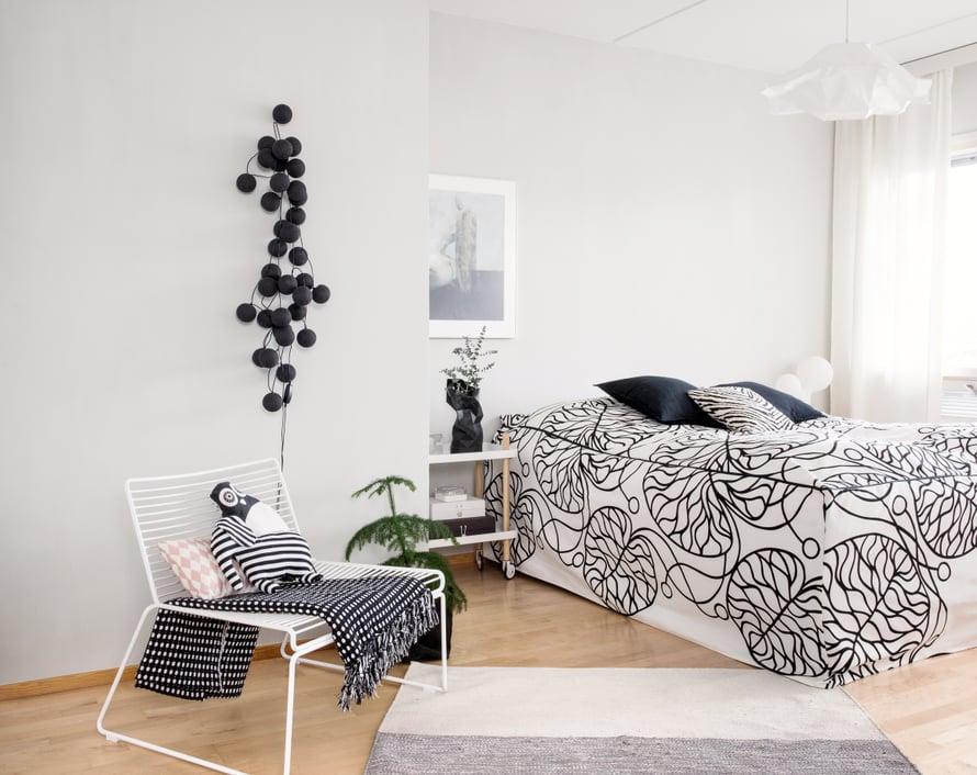 Vetoketjullinen päiväpeite helpottaa sänkyjen petausta. Kaikkien vuoteissa on samanlaiset.