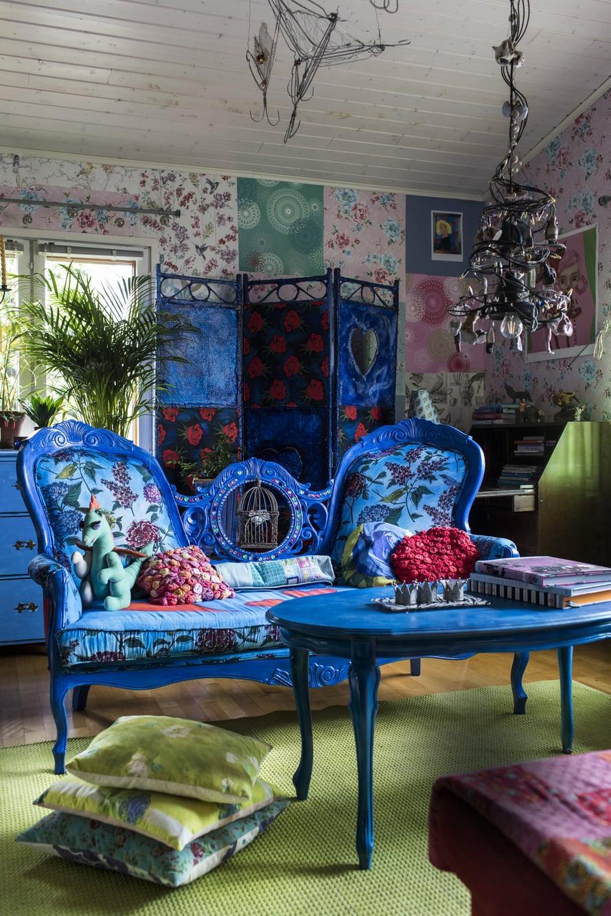 Olohuone on kuin värikkäistä kankaistaan tunnetun Tricia Guildin kirjasta. Siniseksi maalattu rokokootyylinen sohva oli alun perin valkoinen. Aitoja, vanhoja tyylihuonekaluja Marjo ei kuitenkaan tuunaa vaan kunnioittaa niiden historiaa.