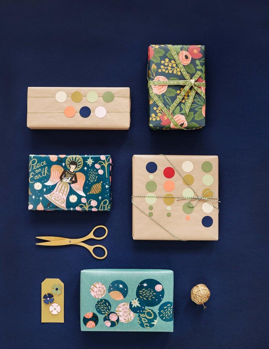 Lahjapaperit Papershop, sakset Ikea, kultalanka Sinelli, puuvillanauha Maileg ja leipurin naru Papershop.
