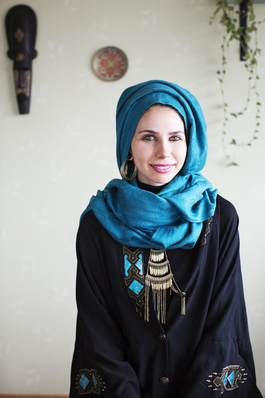 """""""Rakastan värejä, mitä en vielä jokin aika sitten olisi uskonut. Turkoosi on lempivärini."""" Huivinsa Sara ostaa yleensä Iranista, jossa valikoima on laajempi kuin Suomessa."""