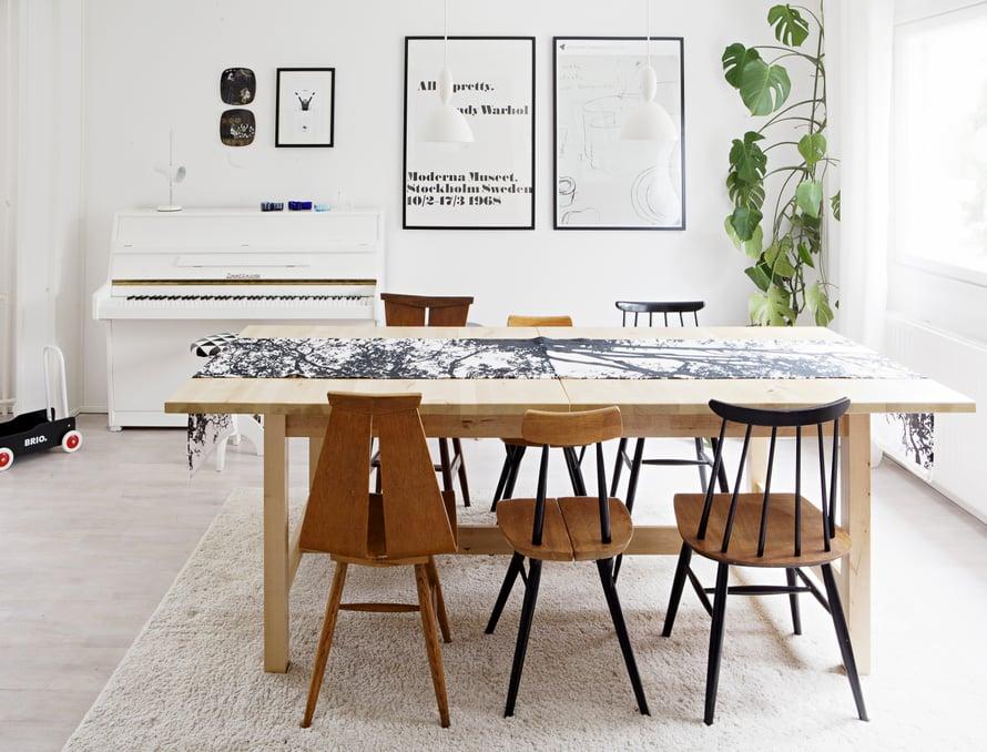 Ruokapöydän ympäriltä voi valita suosikkituolinsa.  Lapsena Suvi istui usein pianon ääressä, mutta vasta tässä kodissa oli riittävästi tilaa, jotta hän voi ottaa sen mukaan vanhempiensa luota.