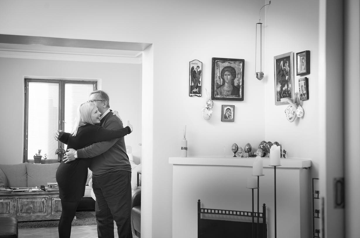 Kun miniä ja appiukko tapaavat, he halaavat aina. Ortodoksiset perinteet tulivat Vapun elämään avioliiton kautta. Siitä kertovat ikonit Vapun kodin seinillä.